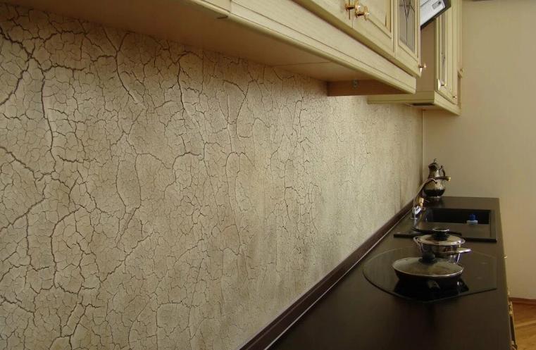 Фартук кухни выполнен гладкой декоративной штукатуркой
