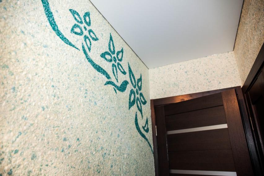 Рисунок жидкими обоями на стене в интерьере прихожей