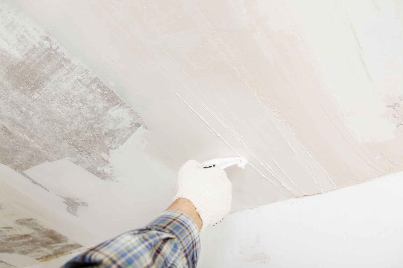 На потолок наносят слой шпаклевки