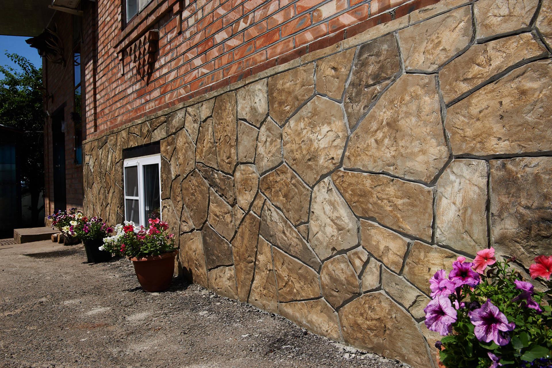 Цоколь дома отделать декоративной штукатуркой с имитацией каменной кладки