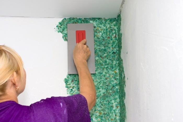 Нанесение жидких обоев на шпаклеванную стену