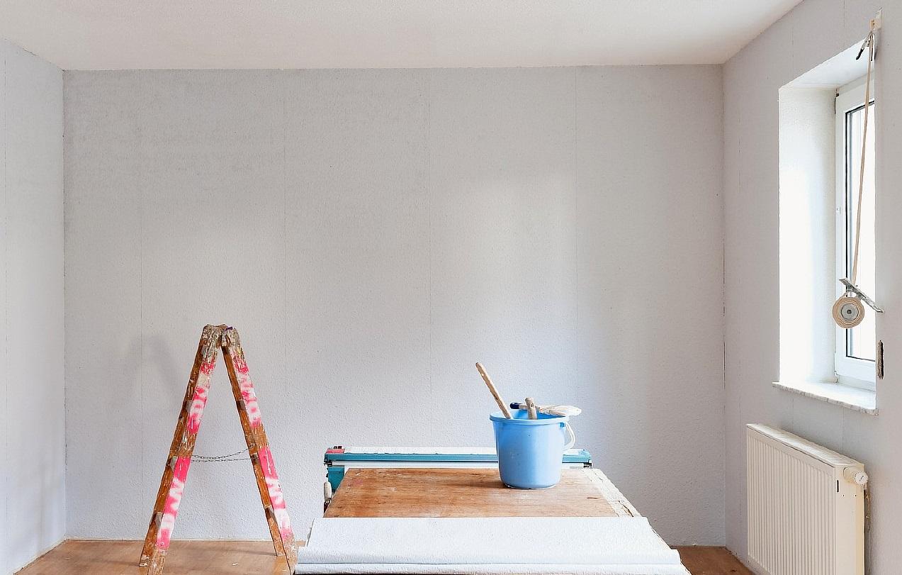 Подготовленная к нанесению жидких обоев стена